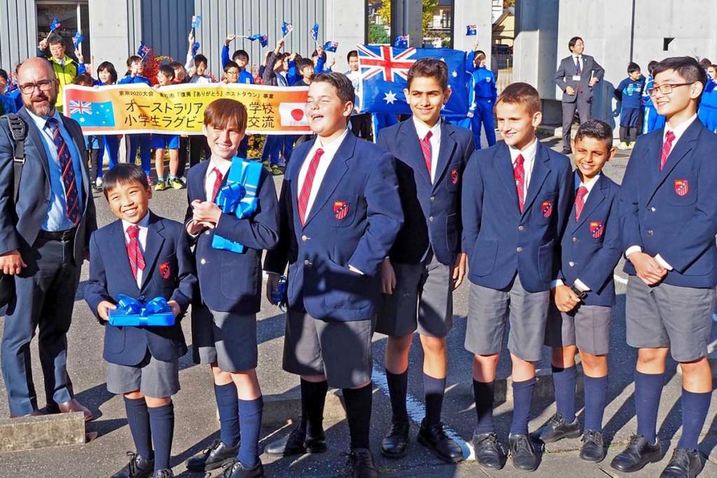 双葉小で歓迎を受けたオーストラリアの児童ら