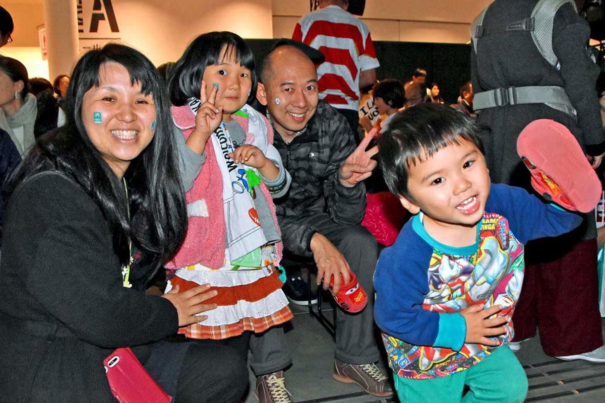 「SL銀河」に乗り継ぎ秋田市から訪れた平川さん一家もファンゾーンの熱気を満喫