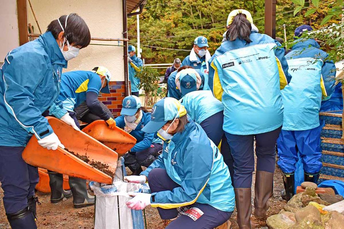 泥出し作業を進めるW杯組織委の有志