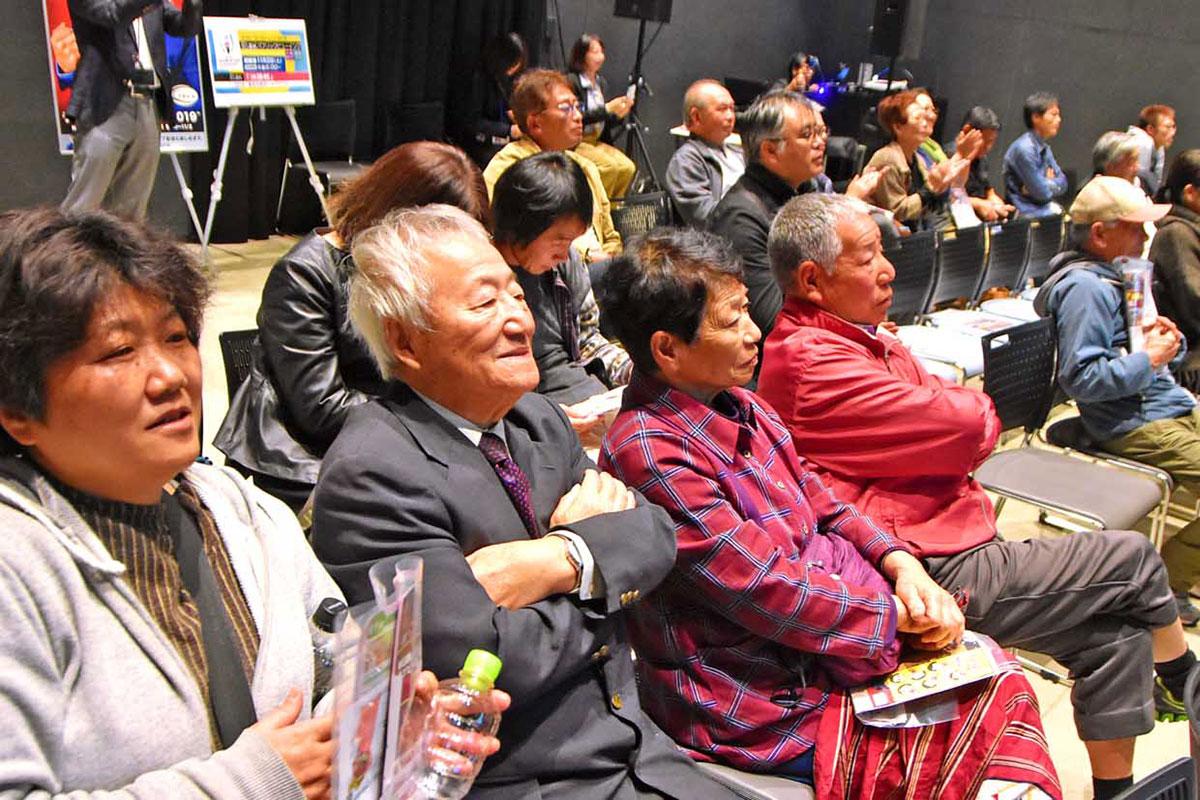 釜石PITの客席を埋めた市民らは、V7の名場面に拍手を送る