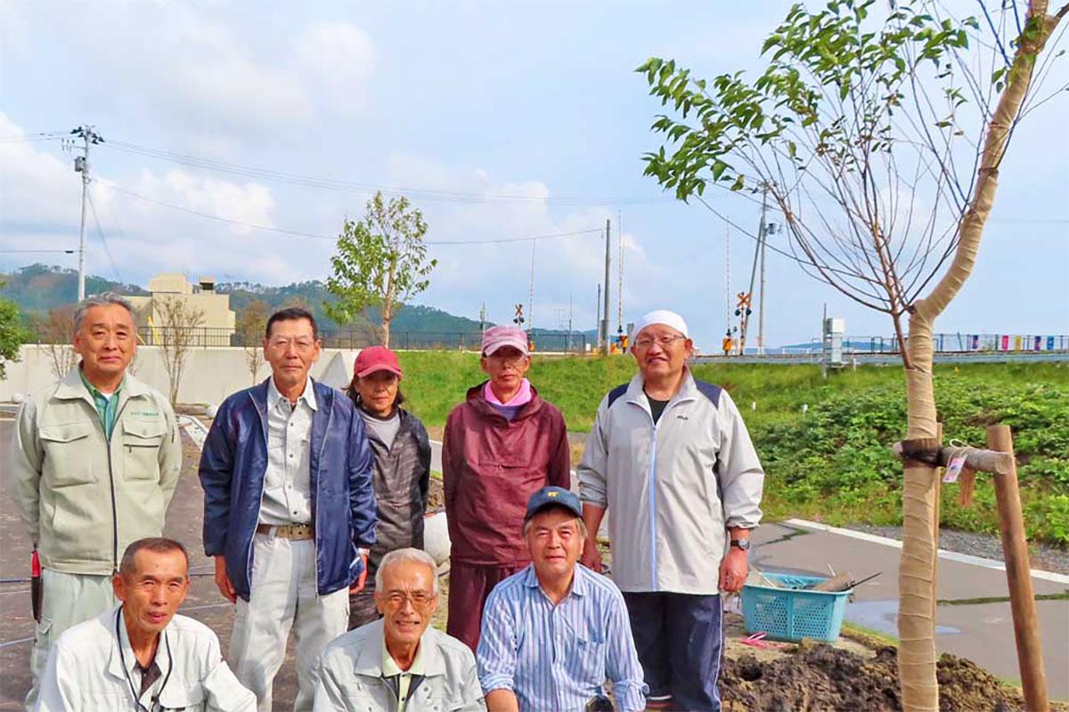 岐阜の三本木さん、市川隆知さん、江崎武雄さん(前列右から)、吉田英明さん(後列左から2人目)と釜石の参加者