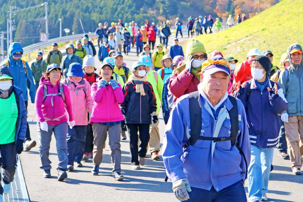 まちの復興状況を見ながら歩く大会参加者=鵜小、東中グラウンド脇の道路