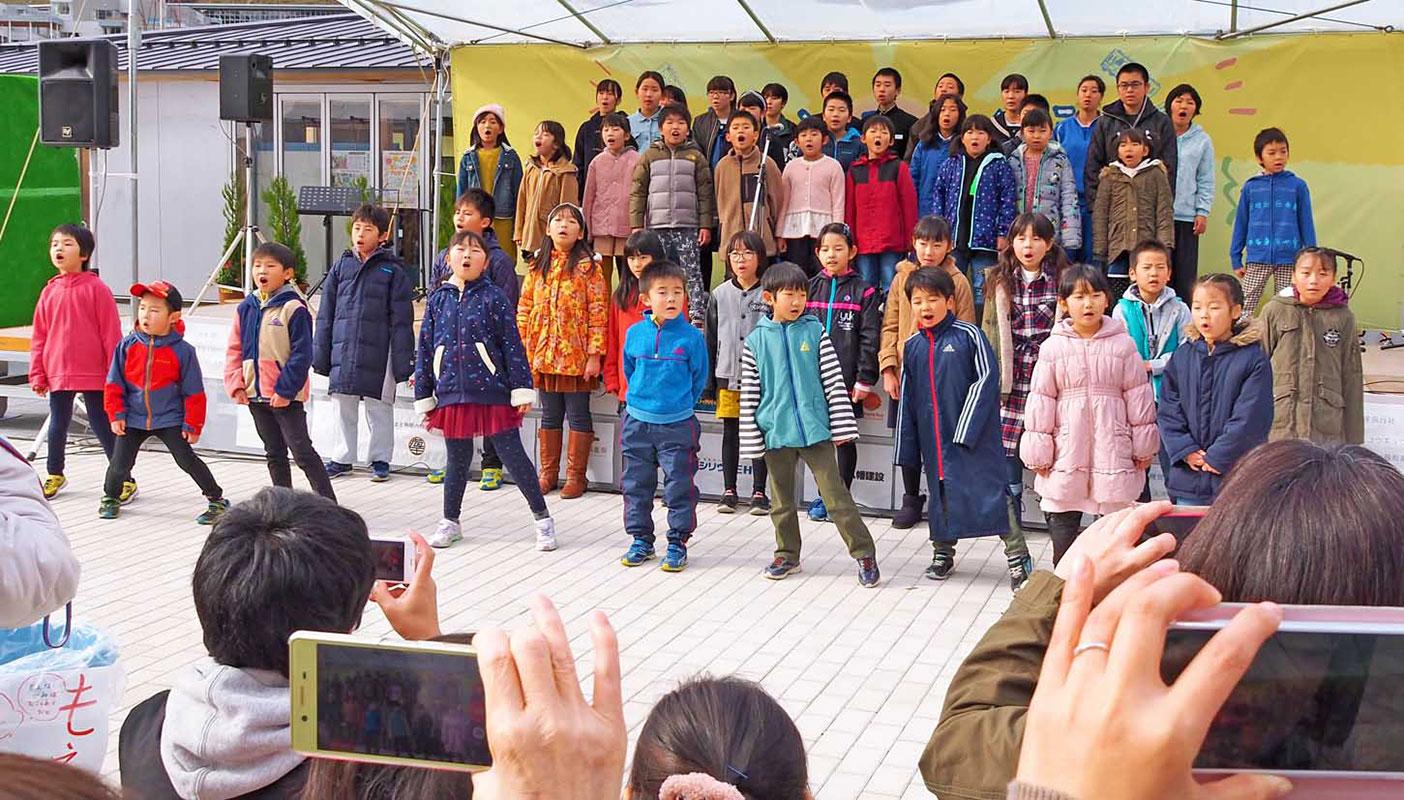 子どもたちは復興支援への感謝を込め、元気な歌声を響かせた