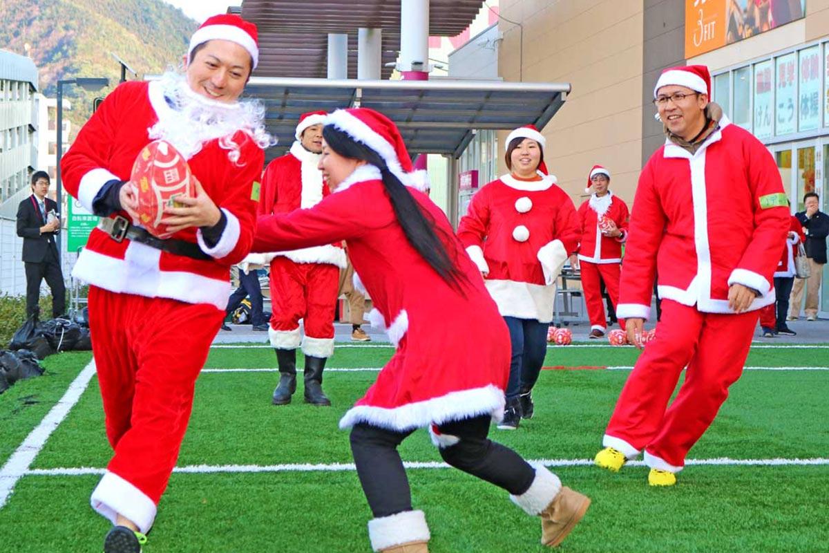 サンタもストリートラグビーでラグビーのまちを元気に!