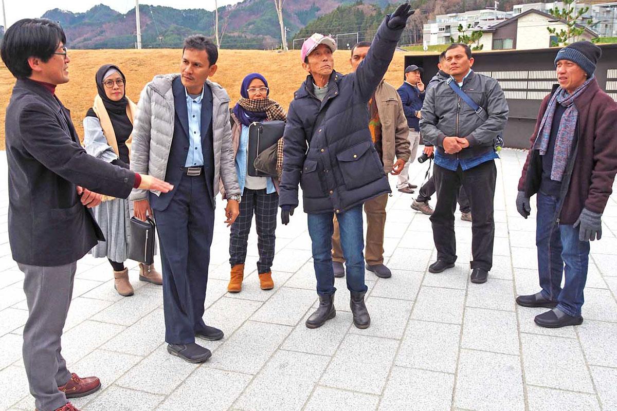 釜石祈りのパークを視察するインドネシア・アチェ州の関係者ら