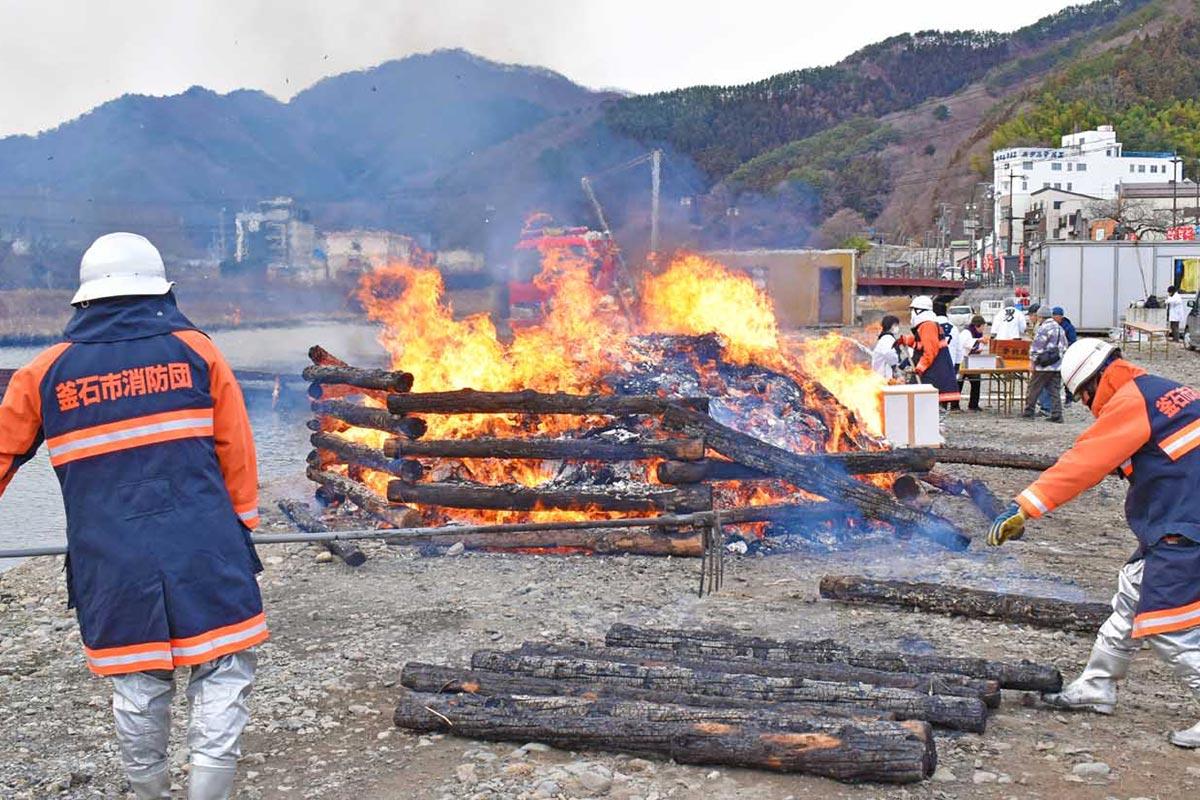 多くの市民の願いを集め、焚き上げの炎が穏やかにたなびいた