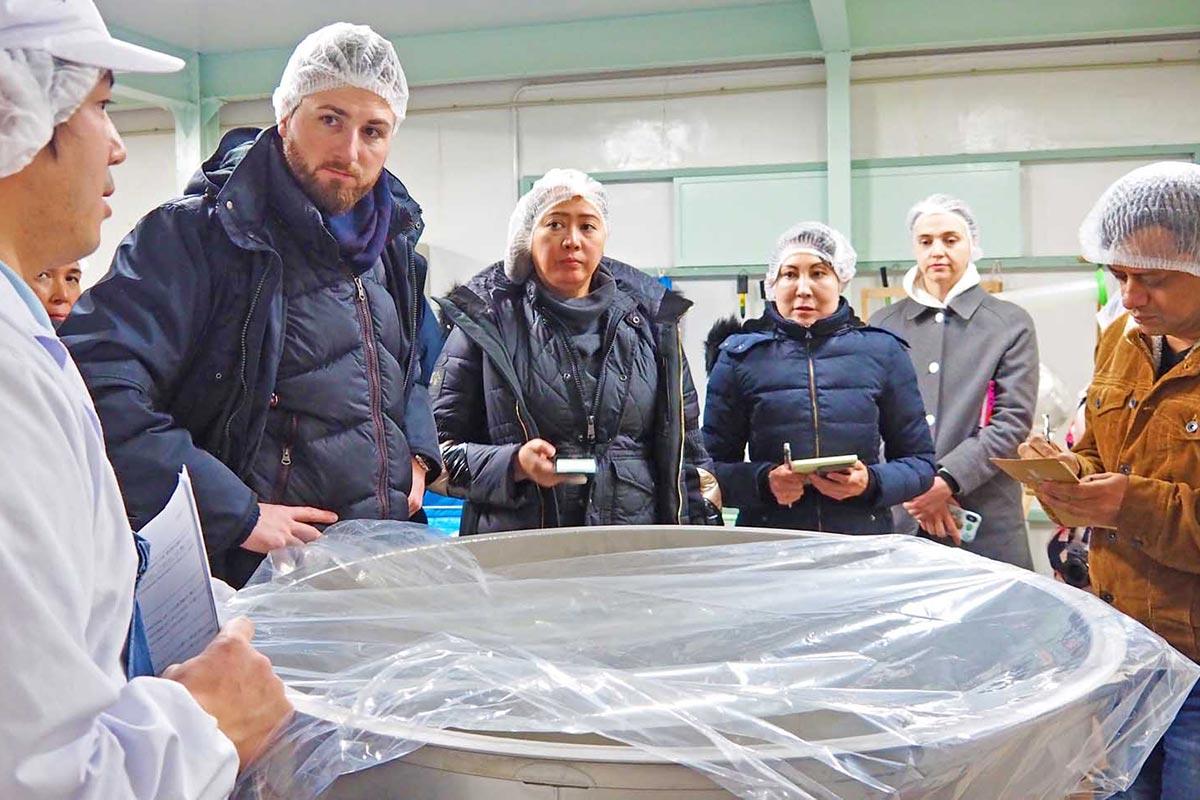 日本酒の製造過程について説明を受ける外国人記者ら