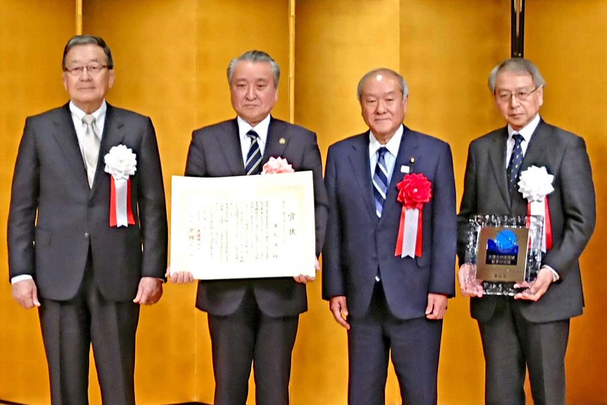 宗岡正二会長(左)から賞状を受けた野田武則市長
