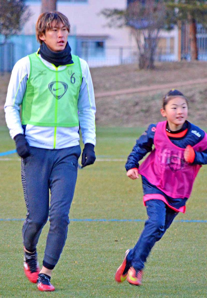 J1神戸に加入した菊池流帆選手はFC釜石の後輩とミニゲームを楽しむ=4日、釜石市球技場
