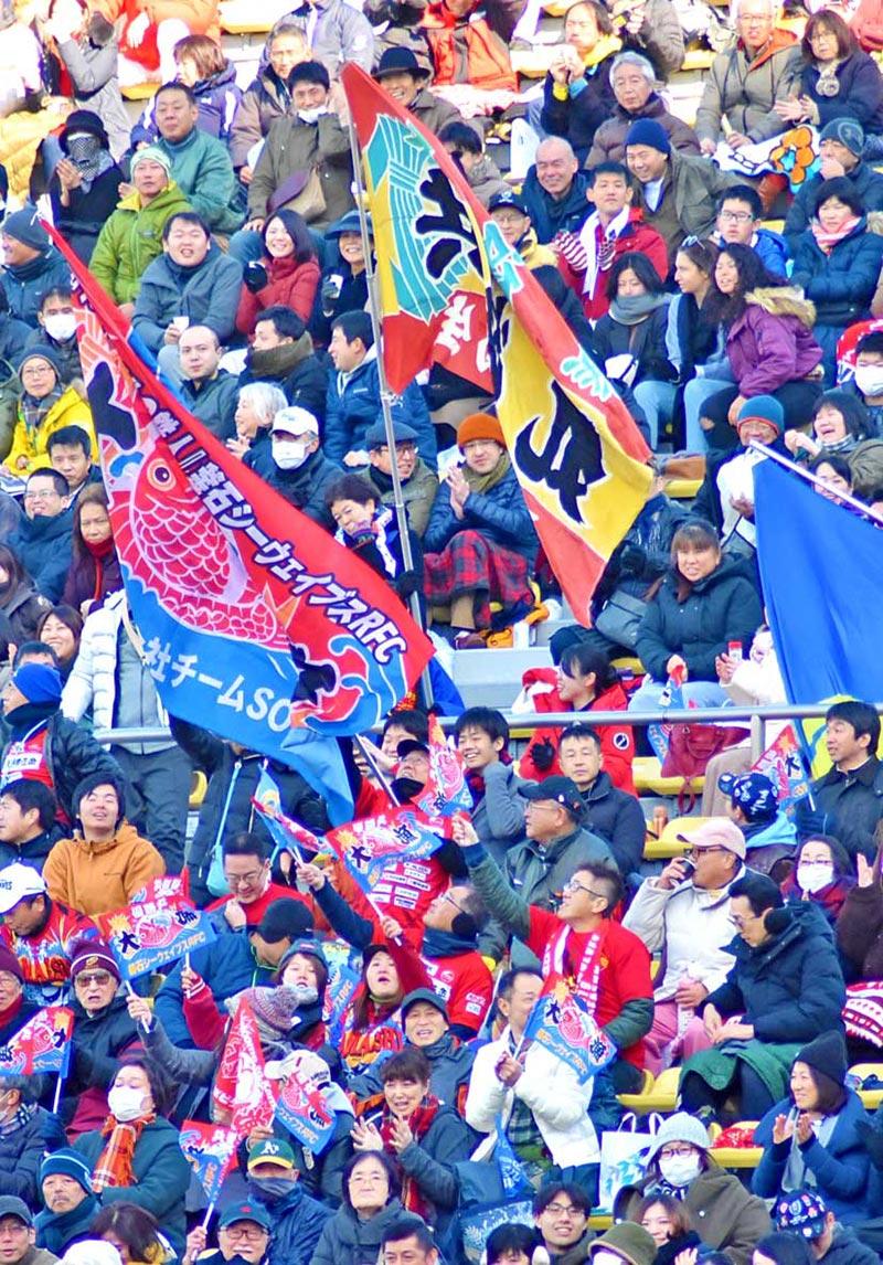大観衆の中で打ち振られる大漁旗。新日鉄釜石V7の黄金期を思わせた