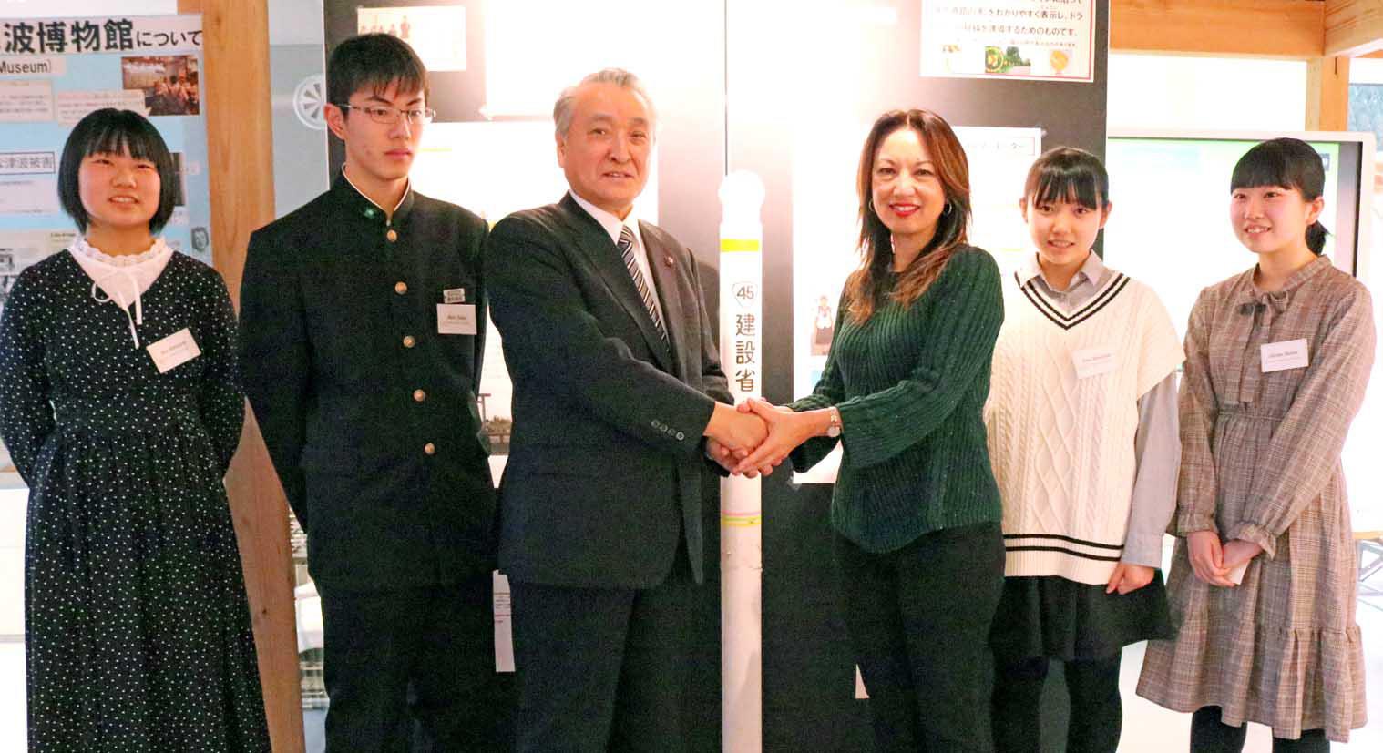 釜石訪問と博物館を訪れた中学生との再会を喜ぶムリー館長(右から3人目)