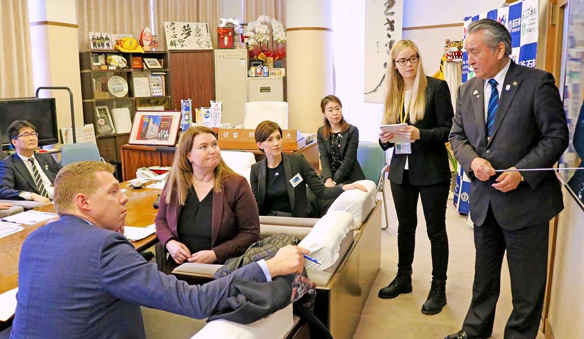市長室では野田市長自ら写真を示し、被災状況や復興について説明