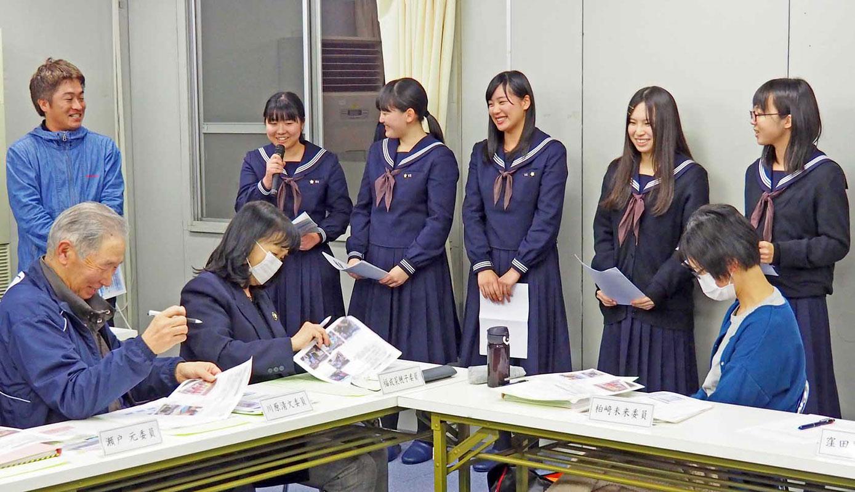 命を守る災害文化会議で伝承活動を報告する釜石高の生徒ら