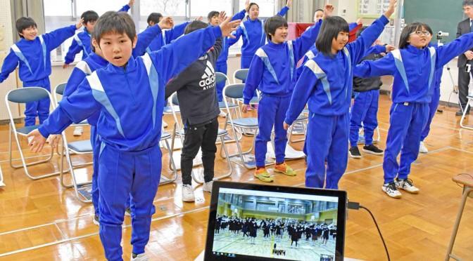 高松市の栗林小(手前中央の画面)3年生と、「パプリカ」を踊る栗林小3、4年生