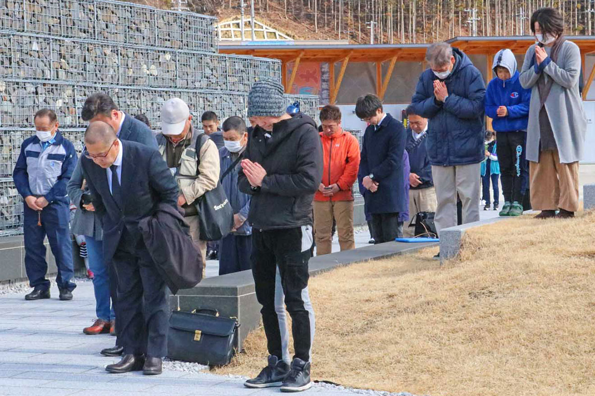 大地震が襲った午後2時46分に黙とうをささげる人たち=祈りのパーク