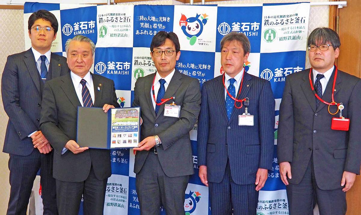 野田市長にフレーム切手を贈った川畑局長(中央)、八重樫局長(右から2人目)、澤口局長(右)