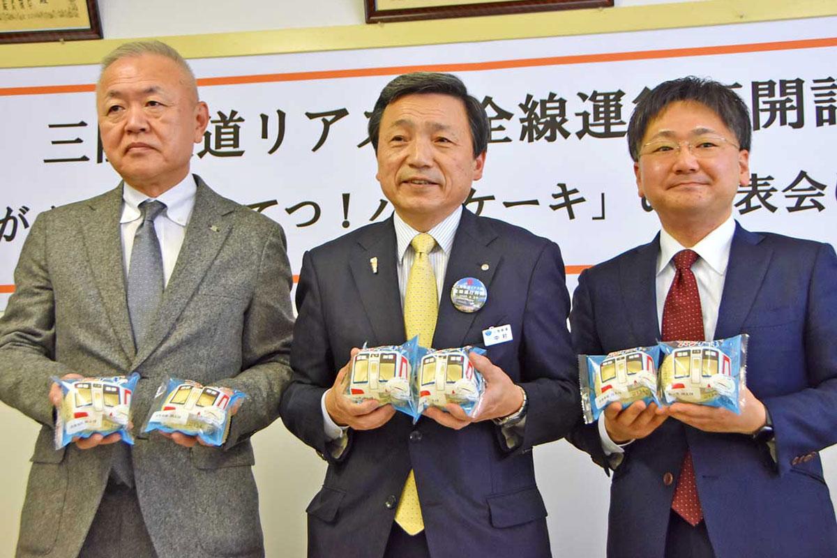パンケーキを手にする(左から)残間顧問、中村社長、白石社長