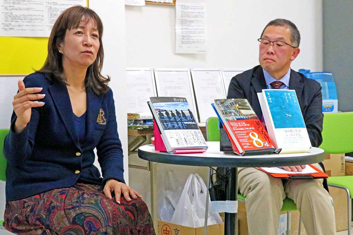 取材時のさまざまなエピソードを交え、三作について語る佐々涼子さん(左)