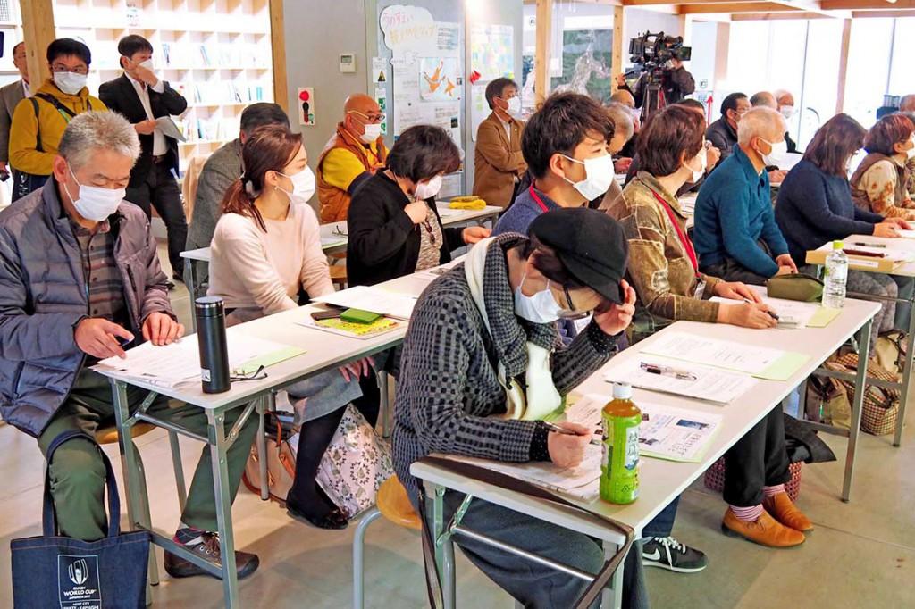 講義に聞き入り、震災を語り継ぐための工夫を学ぶ参加者