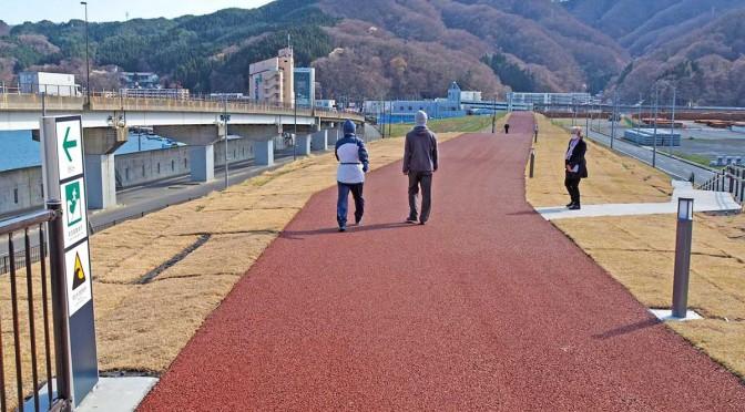 市東部地区に完成した避難路。散歩などで利用する人の姿が見られる