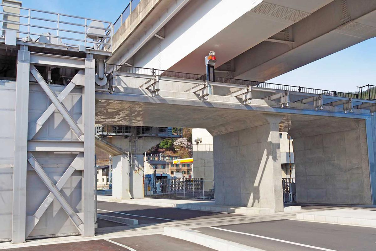 国道45号高架橋の下にある陸閘も避難路の一部