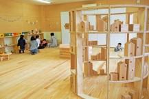 木製の遊具やおもちゃが並ぶ交流スペース