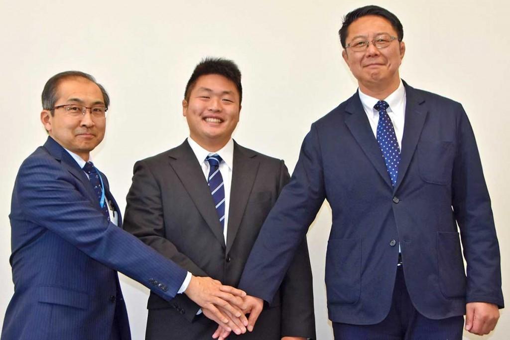 釜石まちづくり会社に入社した鈴木選手(中)、谷澤社長(左)、釜石SWの桜庭GM
