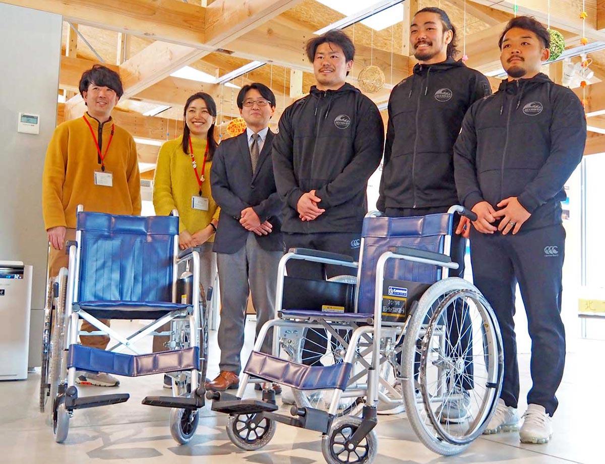 車椅子を贈った釜石SWの(右から)小野選手、山田選手、中野選手