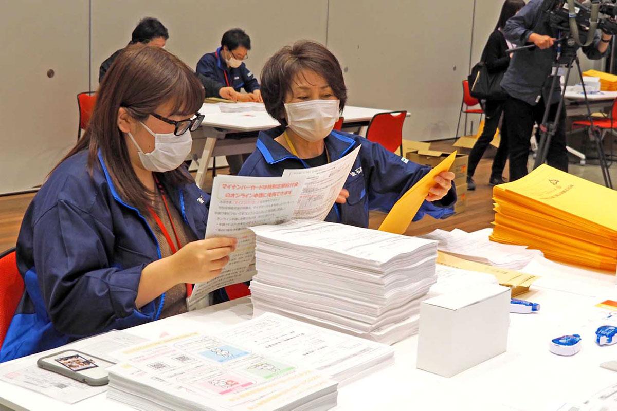10万円給付の申請書発送を前に宛先などを確認する釜石市の職員=1日午後1時、釜石市民ホール
