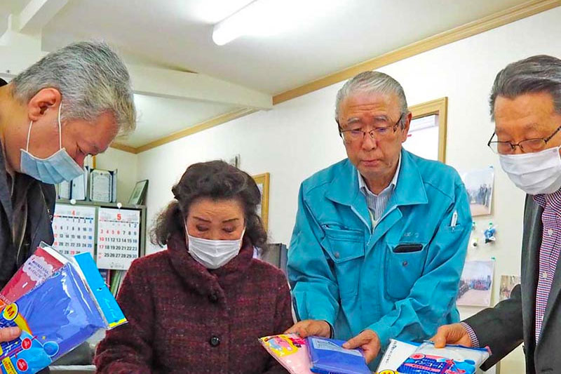 コロナ禍支援、雨がっぱを大阪へ〜釜石ライオンズクラブ、医療現場の防護服代用に