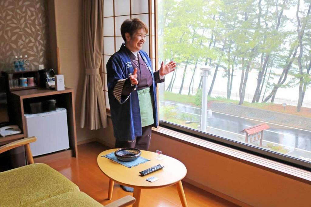 宿自慢の景色のいい客室で再開への思いを語るおかみの岩崎さん