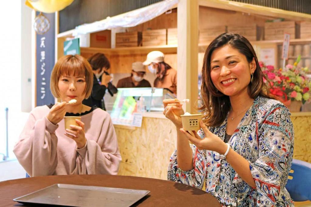 番屋風の店構えのショップでバリエーション豊富なジェラートを販売。試食した女性たちも大満足の笑顔♡