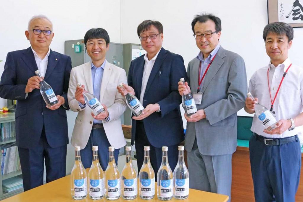 寄贈に訪れた中田会長(左から2人目)と鈴木委員長(左)