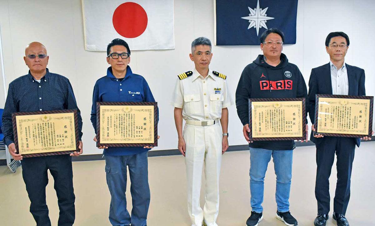 人命救助の功労者とイオンタウン釜石の代表(右端)