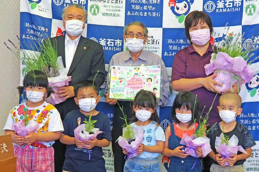 ラベンダーの苗を贈った小澤さん(後列中)ら