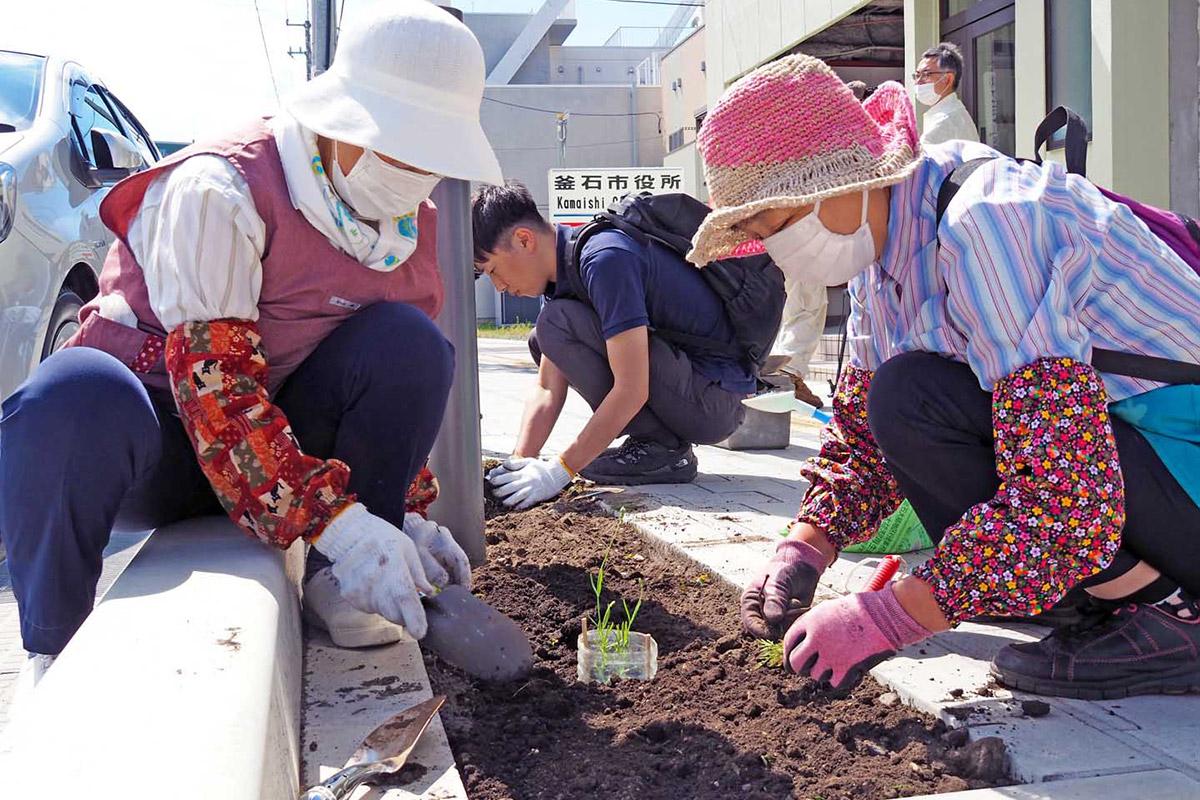 市役所周辺に植栽する市農推協の会員ら