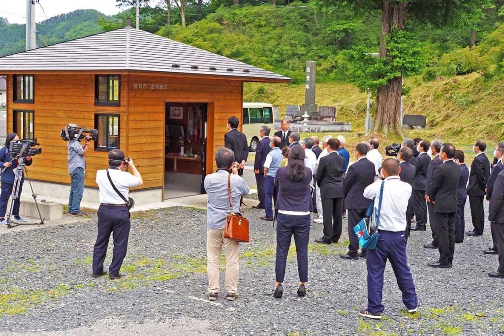 解体される仮設追悼施設。作業を前に関係者が手を合わせた