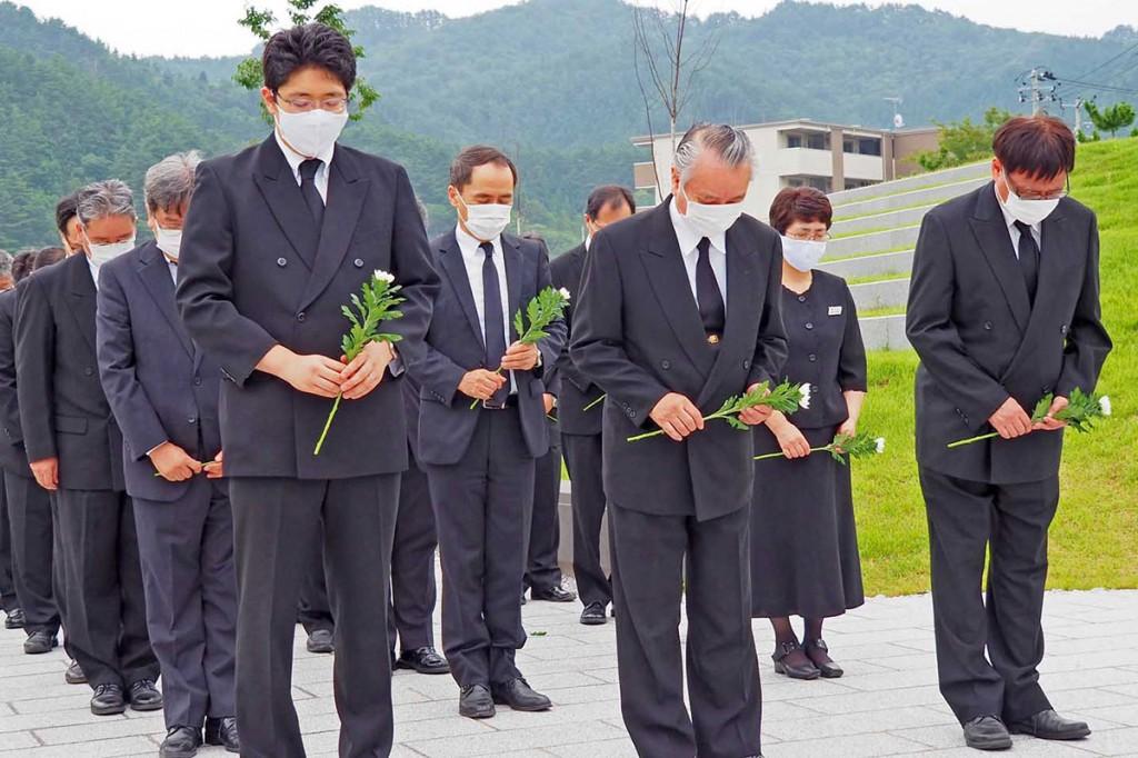 釜石祈りのパークで白菊を手に黙とうする市幹部職員