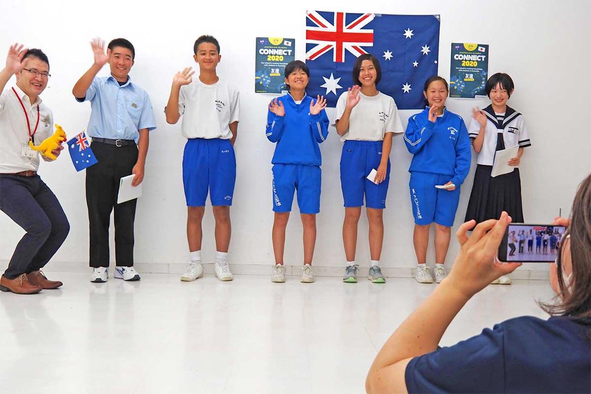 オーストラリアへのメッセージ動画を撮影する釜石市内の中学生ら