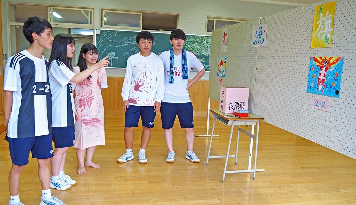 自分たちが考える「釜石らしさ」を込めた大漁旗のデザイン画を見つめる釜石高生