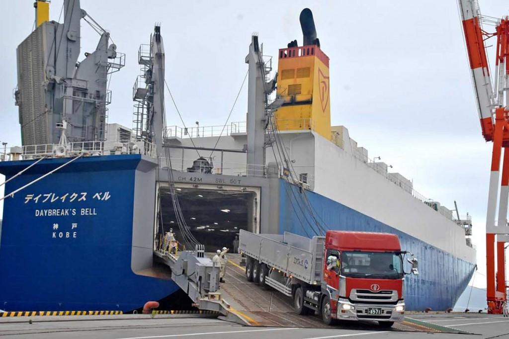 釜石に試験寄港しトレーラーシャーシーを陸揚げするRORO船=1日午後4時