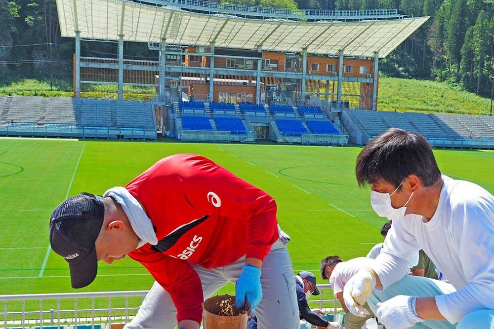 釜石鵜住居復興スタジアム、木製座席を塗り替え〜ラグビーW杯から1年を前に
