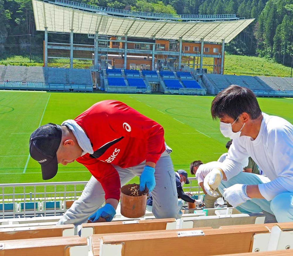 木製座席の塗装作業に取り組む職員