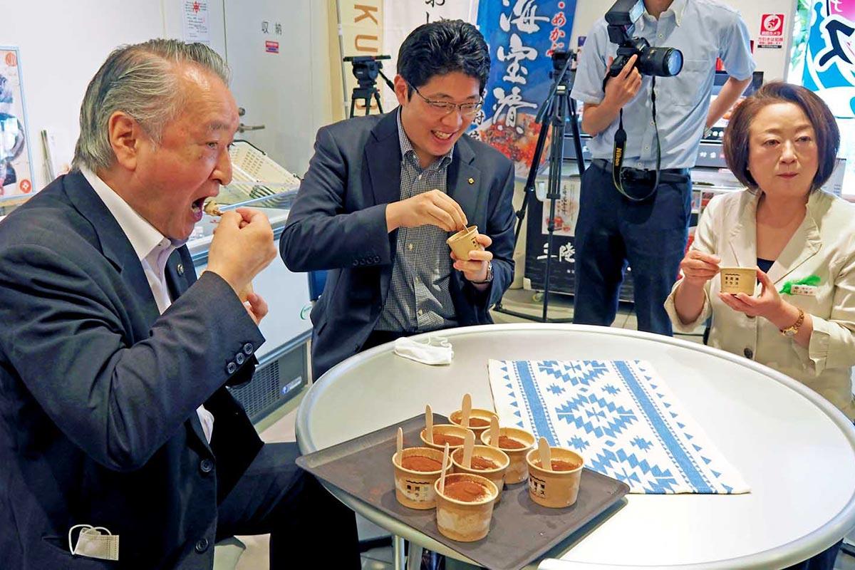 試食した野田市長(左)らにも好評のジェラート