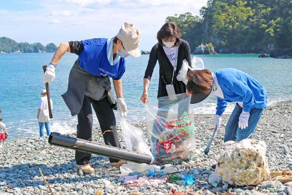 「青い海を未来に残そう」と、ごみ拾いに励む環境ネットワークのメンバーら