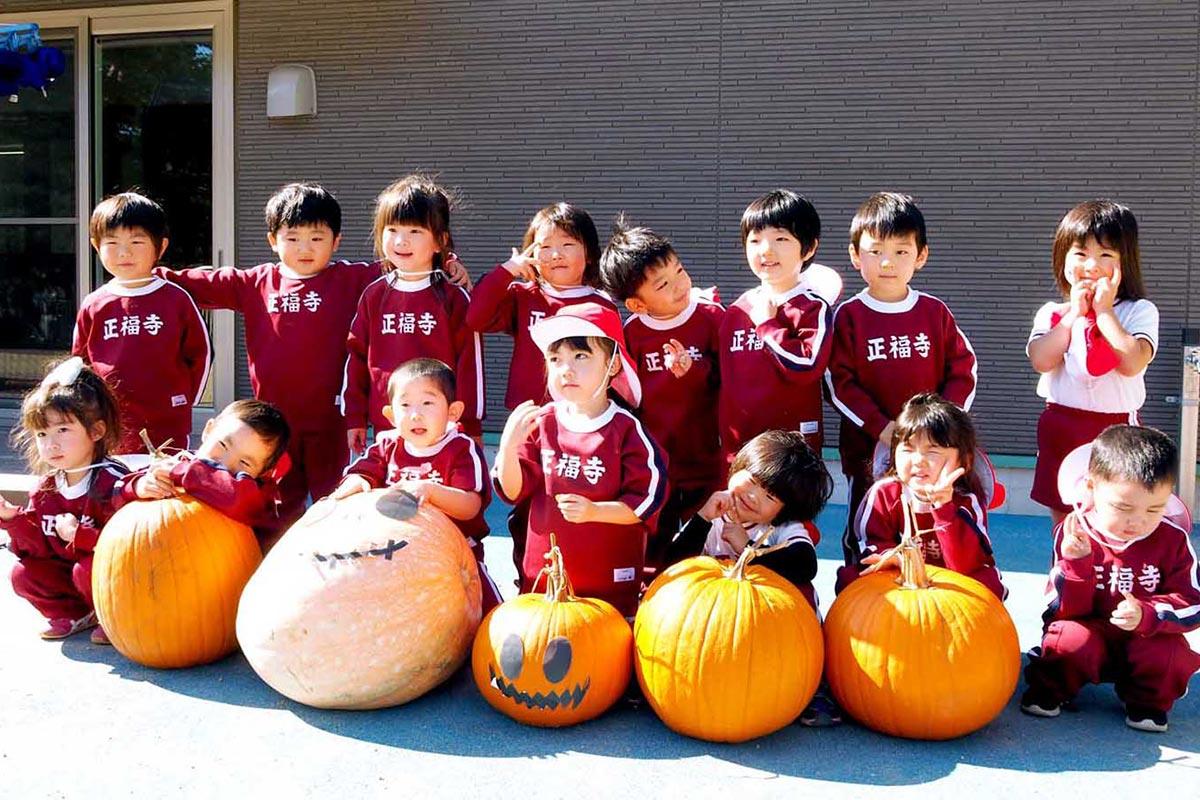 大小さまざまなハロウィーンカボチャに笑顔を見せる園児たち