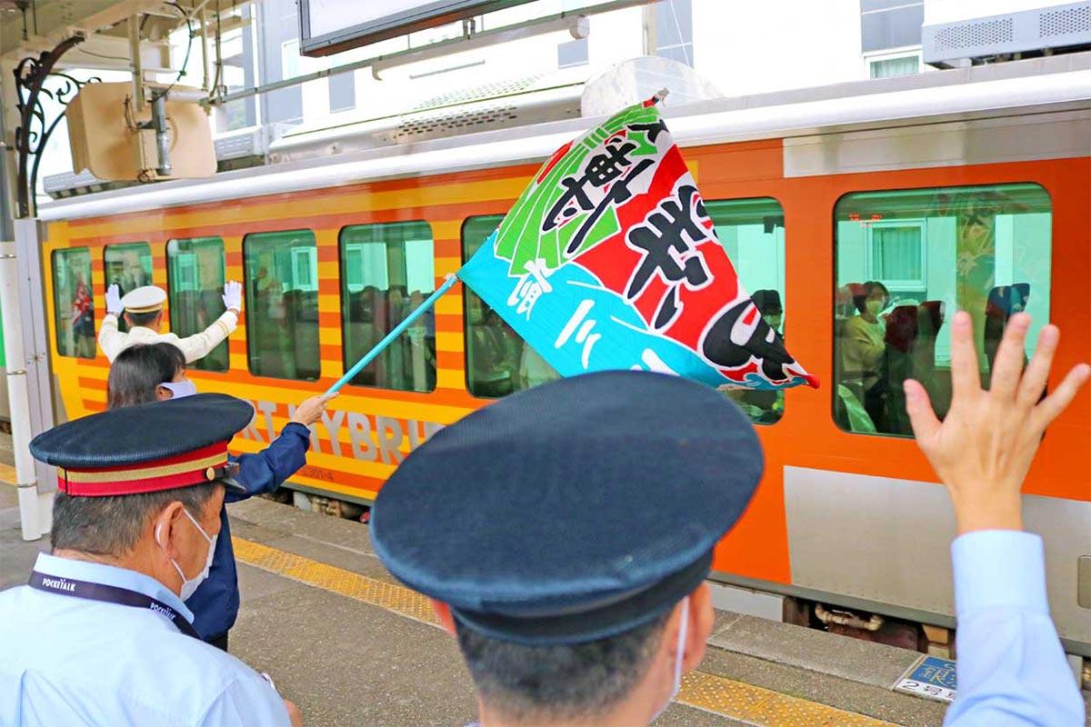 関係者の見送りで釜石駅を出発する「リゾートあすなろ」