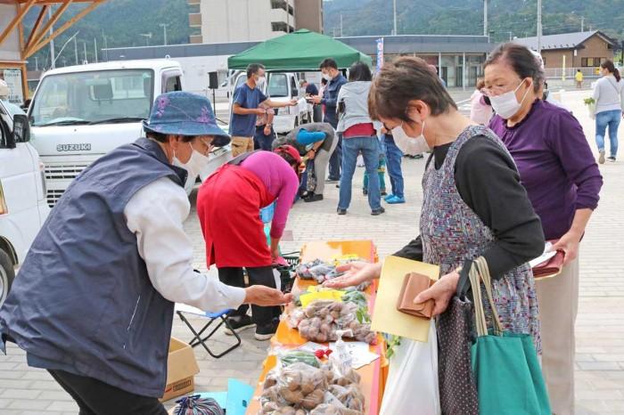 市内で生産されたさまざまな農産物が販売された軽トラ市