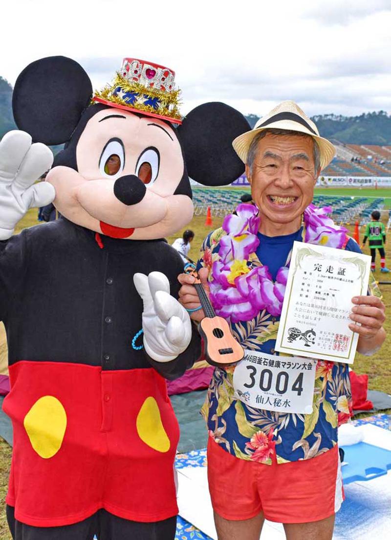 宮城県の高橋さん(右)はトレードマークのハワイアンスタイルで完走した