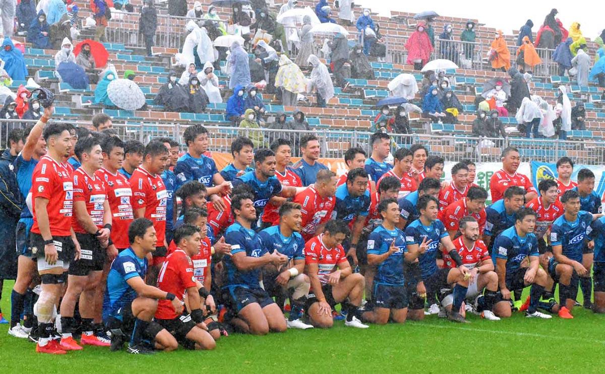 ラグビーW杯1周年記念試合で対戦し、友情を深めた釜石SWとクボタの選手ら